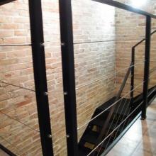 Balustrada-i-schody-w-stylu-loftowym-malowane-proszkowo-1-768x1024