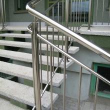 Balustrada-polerowana-z-wypełnieniem-pionowym-rura-fi-508-fi-25-i-fi-16mm-768x1024