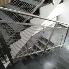 Balustrada-na-klatce-schodowej-z-siatką-zgrzewaną-w-profilach-systemowych-1-1024x768