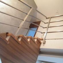 Balustrada-z-profili-nierdzewnych-słupki-z-otworami-wypalanymi-laserowo-2-1024x768
