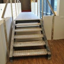 Schody-z-blachy-aluminiowej-ryflowanej-balustrada-z-linkami-685x1024