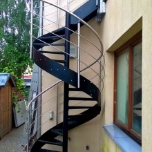 Balustrada-gięta-przy-schodach-spiralnych-1-575x1024
