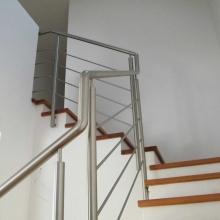 Balustrada-schodowa-z-przejściami-na-poręczy-1024x768