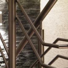 Balustrada-stal-nierzewna-rury-okrągłe-szlif-wypełnienie-w-układzie-asymetrycznym-1024x768