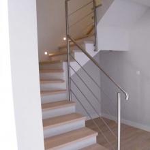 balustrada-przy-schodach-zabiegowych-ze-wspólnym-słupkiem-1-768x1024