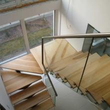 Schody-jesionowe-na-belce-ze-stali-nierdzewnej-z-balustradą-szklaną-2-1024x768