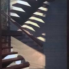Schody-z-podestem-na-belce-centralnej-z-balustradą-szklaną-1
