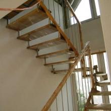 Schody-na-tulejach-balustrada-z-wypełnieniem-pionowym