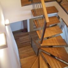 Schody-drewniane-samonośne-na-zębatce-ze-stali-nierdzewnej-szlifowanej-2-2-1024x768