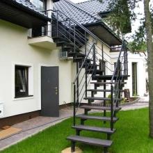 Schody-zewnętrzne-bangkirai-balustrada-gięta-2