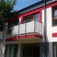 Balustrada-balkonowa-ze-szkłem-matowym-słupki-40x40-2