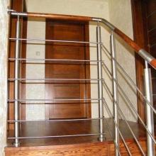 Balustrada-z-drewnianą-poręczą-stal-nierdzewna-1