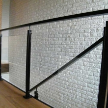 Balustrada-malowana-proszkowo-ze-szkłem-w-ceownikach-przykręcanych-do-słupka-1