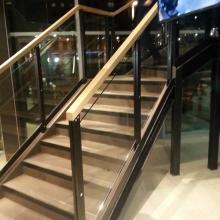 Balustrada-stalowa-z-drewnianym-pochwytem-i-szkłem-bezpiecznym-4