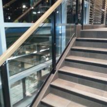 Balustrada-stalowa-z-drewnianym-pochwytem-szkło-bepieczne-klejone-1