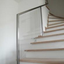 Balustrada-ze-szkłem-hartowanym-i-klejonym-wpuszczanym-w-ramę-z-profila-ze-stali-nierdzenej-768x1024
