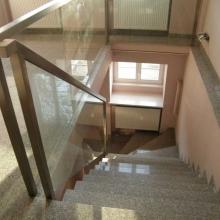 Balustrada-ze-szkłem-wpuszczanym-w-słupki-i-poręcz-1-1-1024x768