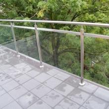 Balustrada-zewnetrzna-ze-szkłem-hartowanym-i-klejonym-montowana-w-ceownikach-1024x768