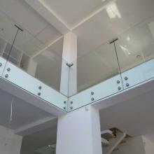 Balustrada-szklana-z-łącznikami-1