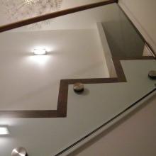 Balustrada-szklana-z-drewnianym-pochwytem-1-1024x768