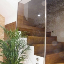 Szkło-mocowane-na-rotulach-z-ramką-ze-stali-nierdzewnej-768x1024